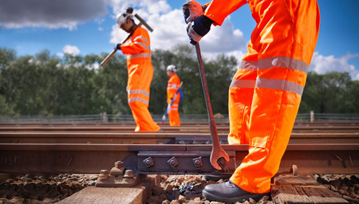 How leading rail infrastructure contractors optimize possession time and asset utilization > construction workers > Dassault Systèmes®