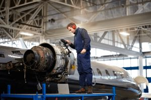 Enabling Lean Principles in Aerospace & Defense Manufacturing >Man working > Dassault Systèmes®